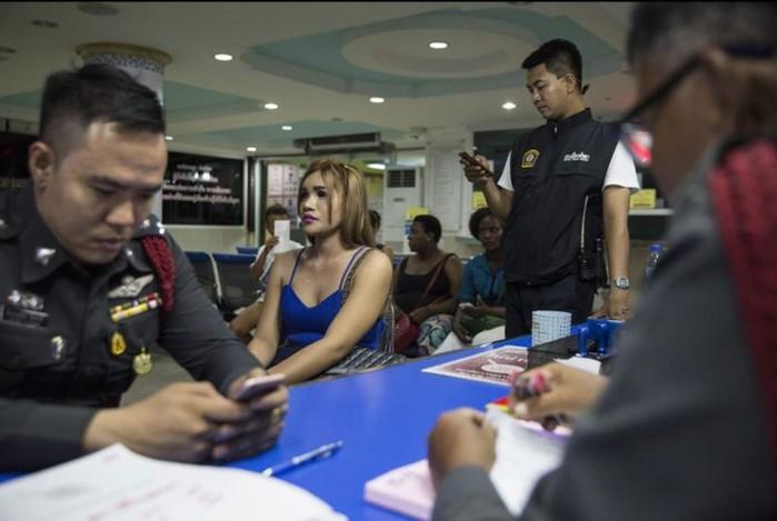 В тайском районе красных фонарей не так просто отыскать девушку