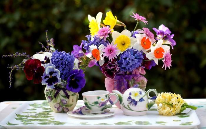 Стол сервиз цветов букеты торт