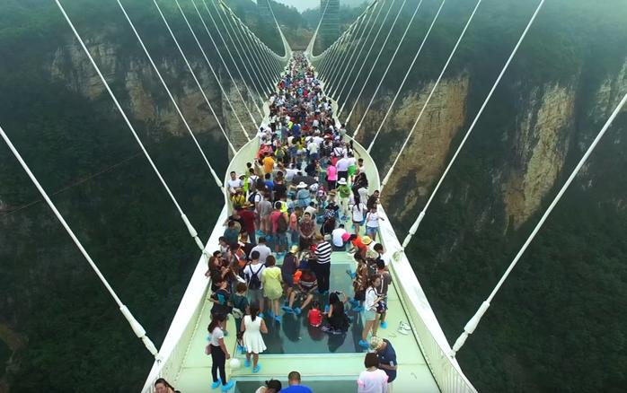 стеклянный мост в китае 3 (700x438, 307Kb)