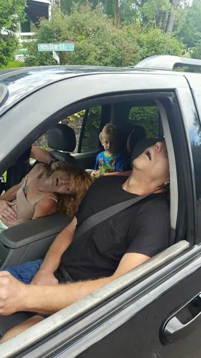 Родители наркоманы вырубились под героином в машине с четырехлетним ребенком на заднем сиденье