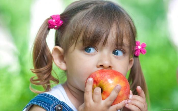 Девочка-с-яблоком (700x437, 261Kb)