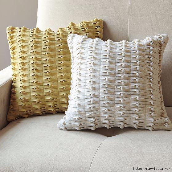 Декоративная подушка из фетра с декором из переплетенных полосок (8) (558x558, 226Kb)
