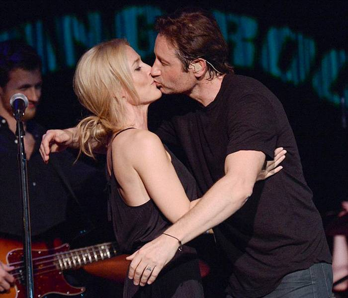 875697_david_duchovny_and_gillian_anderson_01 (700x600, 65Kb)