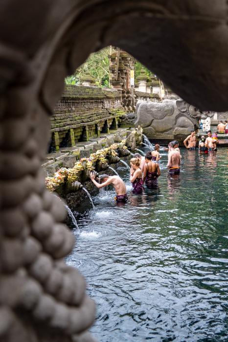 Bali-temple-bathers-V (466x700, 397Kb)