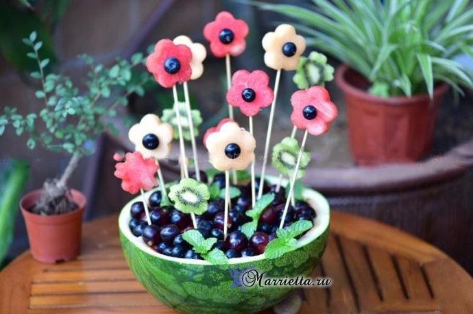 Праздничный десерт - арбузная ваза с цветами!