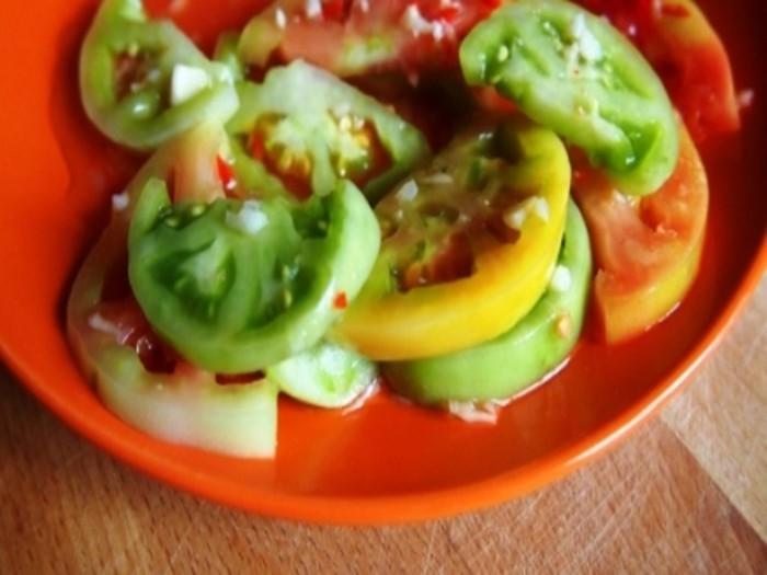 Острая закуска из зеленых помидор с чесноком за 10 минут