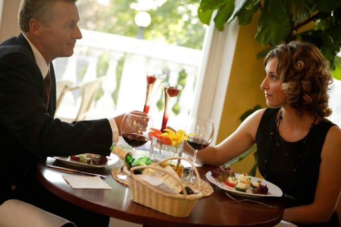 Почему нельзя разговаривать во время еды? Врачи: ужасный метеоризм!