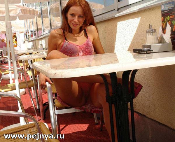 golie-zhenskie-nozhki-pod-stolom