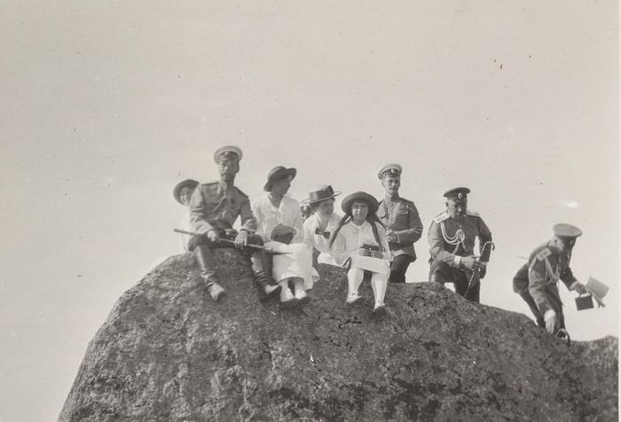 Николай II с семьей в Крыму. Фотография из семейного альбома Романовых (700x476, 228Kb)