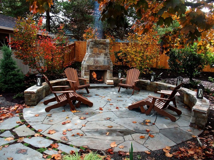 outdoor-muskoka-chairs-fireplace-seating-fall-leaves-exterior-how-to-enjoy-garden-better-decorating-bible-blog-traditional-patio (700x524, 182Kb)