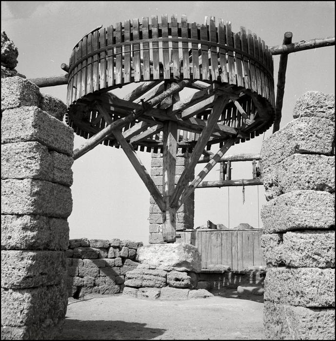 Герберт Лист Crimea. 1943. A well in the Steppe grasslands. (689x700, 419Kb)