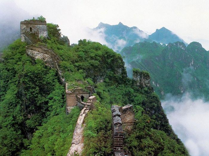 Великая китайская стена в летней зелени. История создания