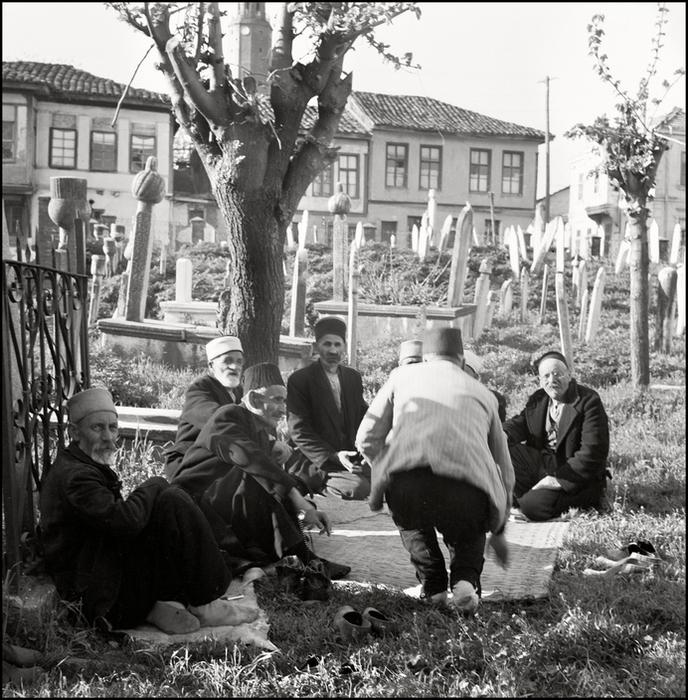 Герберт Лист  Crimea. 1943. Muslims on a tatar cementery. (688x700, 402Kb)