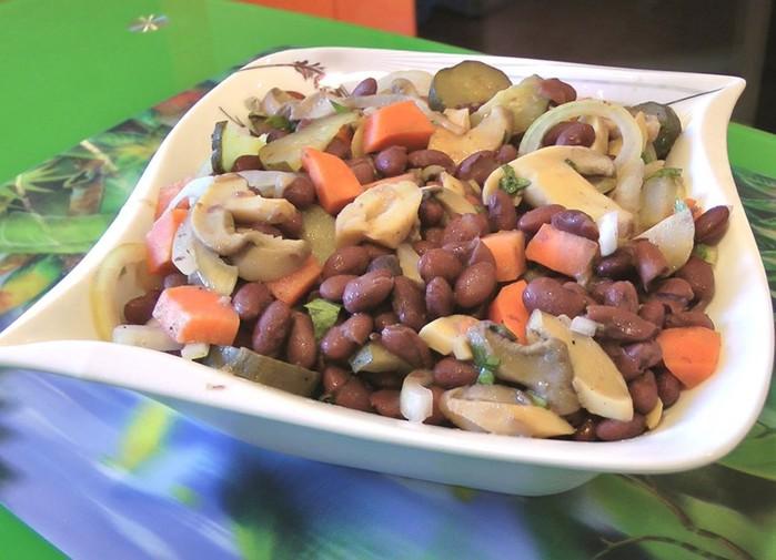 Салат из фасоли   очень вкусный салат!