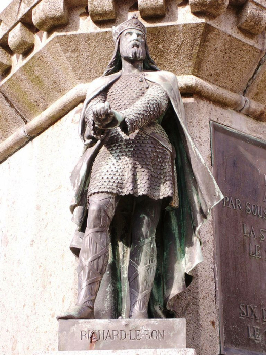 Richard_good_statue_in_falaise (525x700, 432Kb)