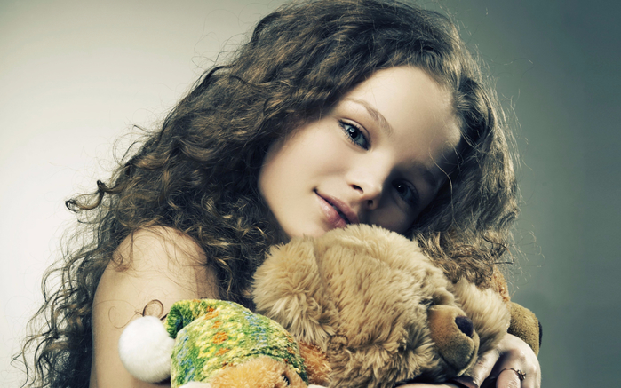Little-Girl-With-Toys-1440x900 (700x437, 354Kb)