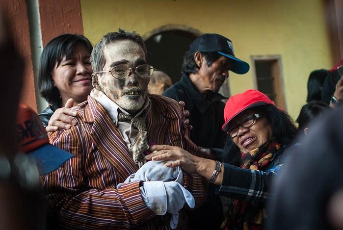 Жуткая традиция народа тораджи: селфи с выкопанными мертвыми родственниками