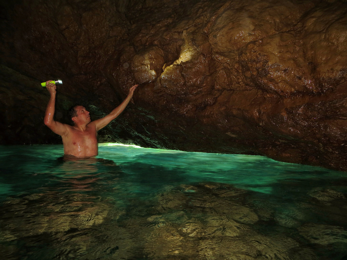 юм 7 В подводном гроте  под  Ласточкиным Гнездом. 1 (700x525, 408Kb)