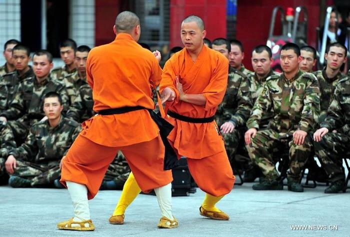 Встреча монахов Шаолиньского монастыря с новым поколением пограничников в городе Фуцзянь