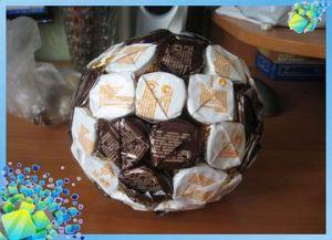 Мяч из конфет как подарок другу