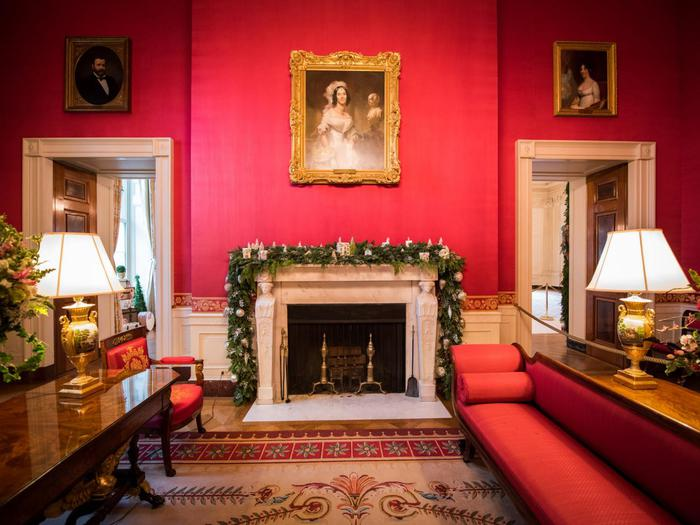 BP_HWHC12S14_White-House-Christmas_Red-Room_wide_45.jpg.rend.hgtvcom.1280.960 (700x525, 58Kb)