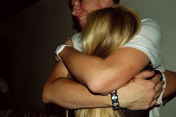 Favim.com-blonde-embrace-holding-hug-hugs-smile-65075 (610x405, 75Kb)