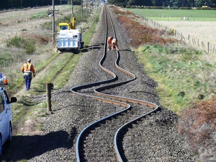 4. Железнодорожные рельсы в Новой Зеландии после землетрясения 2010 года (700x525, 460Kb)