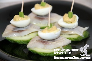 kanape-s-seldiu-yaicom-i-svegim-ogurcom_3 (300x199, 42Kb)