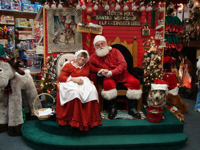 Santa and Mrs Claus (700x525, 123Kb)