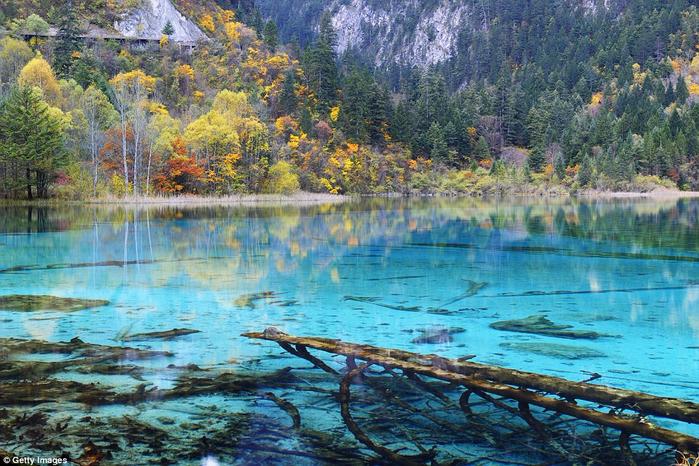 2. Озеро Пяти цветов, которое также называют озером Павлина (700x466, 519Kb)