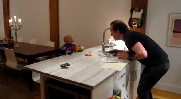 Как папа заставил сына смеяться
