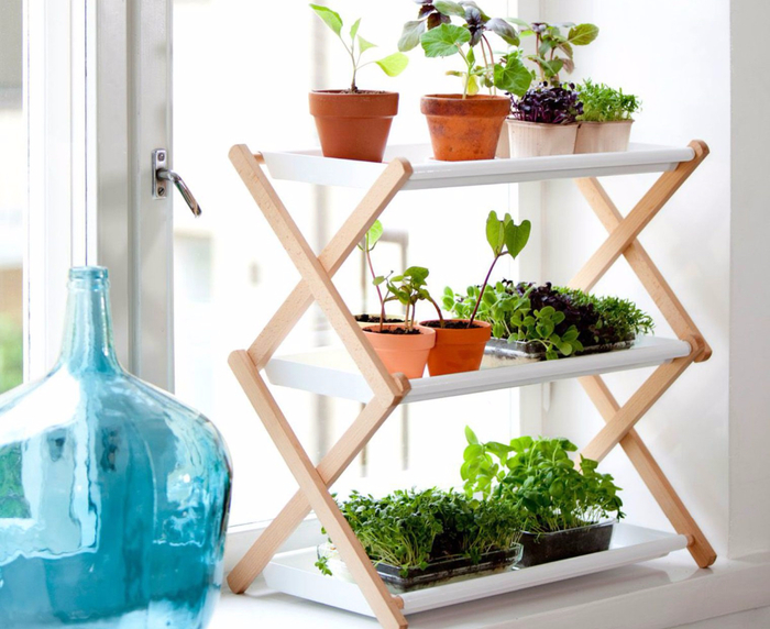 rebord-de-fenetre-avec-un-vase-bleu-transparent-et-une-etagere-a-3-niveaux-en-bois-effet-accordeon_5488754 (700x572, 371Kb)