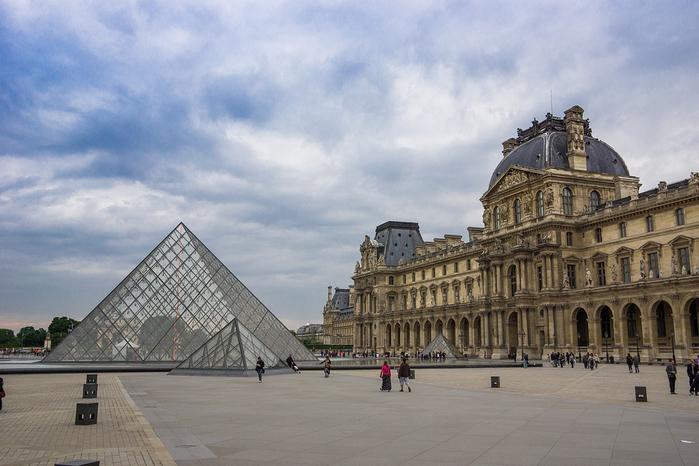стеклянная пирамида лувра 3 (700x466, 346Kb)
