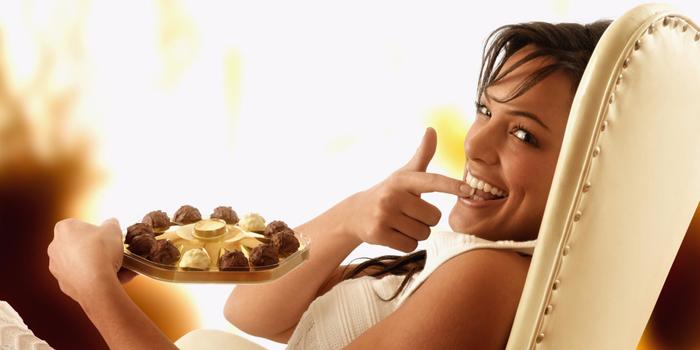 девушка ест шоколадные конфеты (700x350, 210Kb)
