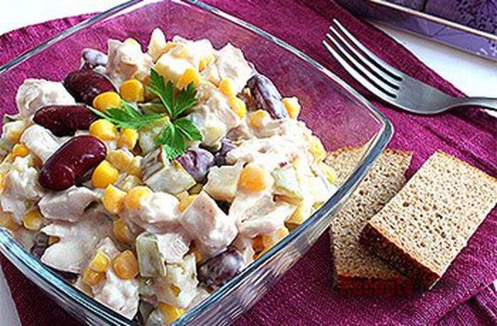 Салат из фасоли с курицей сухариками сыром и чесноком