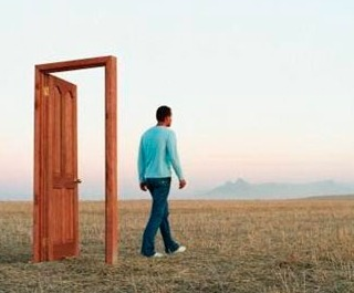 mujchina_otkril_dver (320x265, 19Kb)