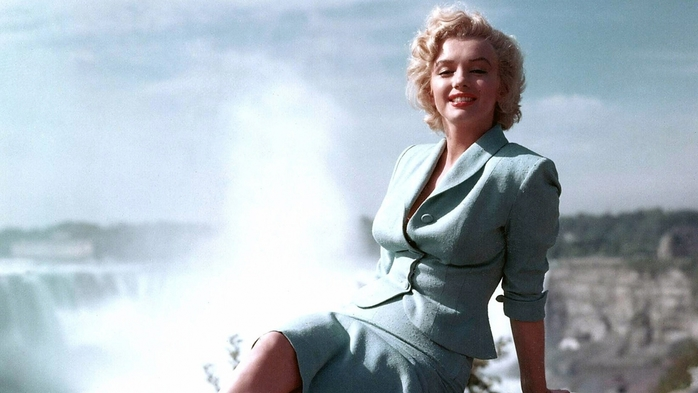 6073048_Marilyn_Monroe_in_a_blue_suit_054923_ (700x393, 172Kb)