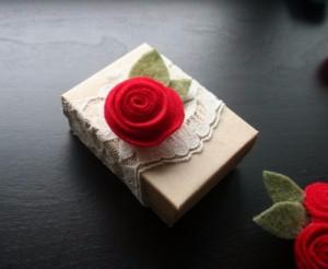 Розочки из фетра для украшения подарка (8) (300x246, 47Kb)