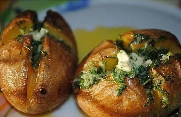Печеный картофель с чесночным маслом и укропом