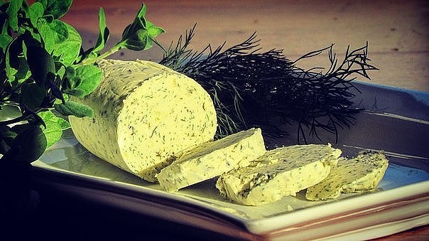 Масло с чесноком и травами