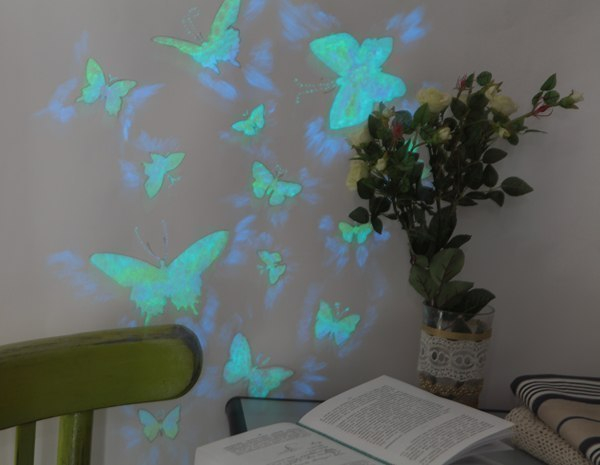 декор стены порхающими бабочками