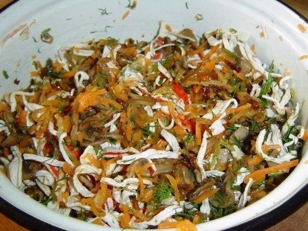 салат с грибами и жареными крабовыми палочками