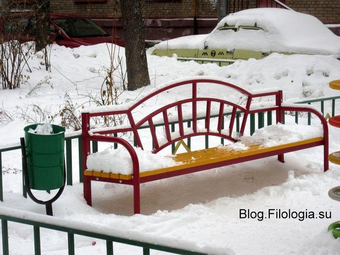 Скамейка и урна зимой в Москве в январе (700x525, 76Kb)