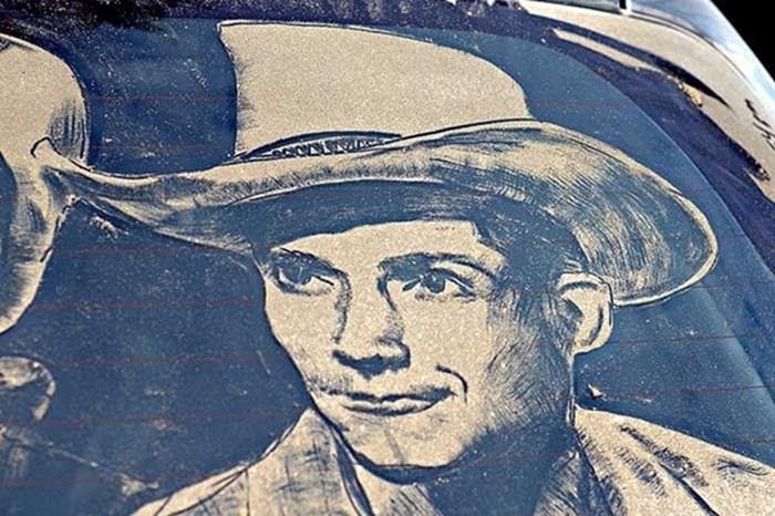 Какой художник рисует картины на грязных стеклах машин