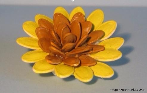 Цветы из шишек, семечек, листьев кукурузы, фисташек и макарон (15) (493x311, 79Kb)