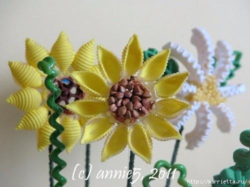 Цветы из шишек, семечек, листьев кукурузы, фисташек и макарон (20) (500x375, 103Kb)