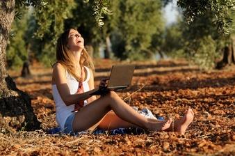 blonde-fille-en-riant-avec-son-ordinateur-portable_1139-126 (338x224, 44Kb)