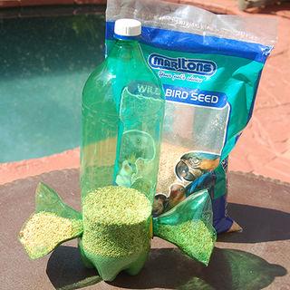 Из пластиковых бутылок - кормушка для птиц (1) (320x320, 103Kb)