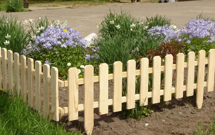 Оградка для клумбы из дерева