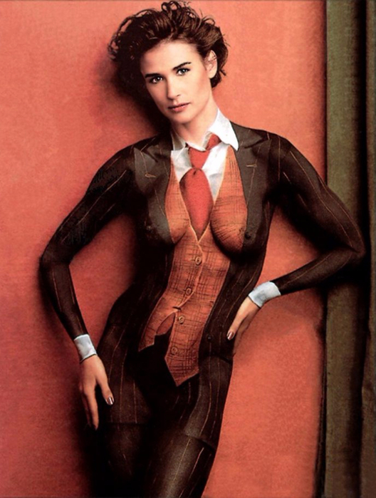 4. Деми Мур в нарисованном костюме (528x700, 341Kb)